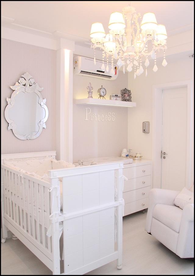Quarto de Bebê branco e prata