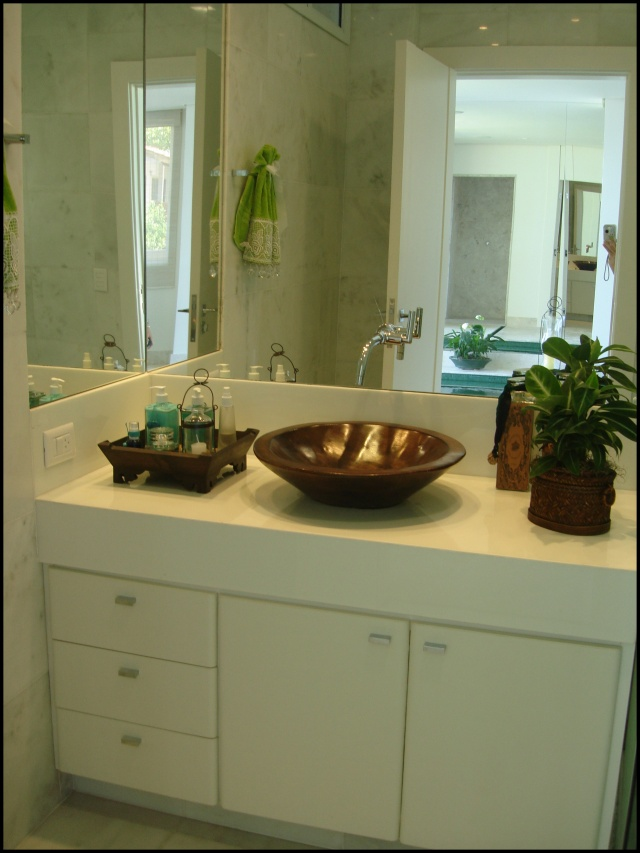 decoracao bandeja lavabo : decoracao bandeja lavabo:que tal esta bandeja espelhada dando apoio à banheira?! Sais, velas